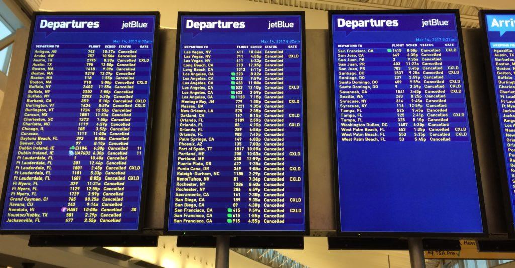 ニューヨークJFK空港が猛吹雪でほぼ全便欠航.空港泊決定・・。